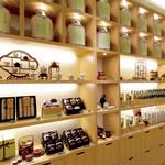 茶語 TEA SALON - 茶器やお茶商品などが並ぶアプローチ