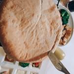 マカロニ食堂 - ピザ包み焼きカット中