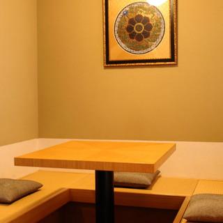 緊張感と心地よさが共存する静謐な空間。完全個室も完備