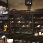 うてな喫茶店 - 食器棚にはたくさんのコップ。