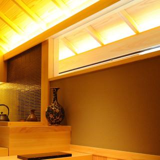茶室をイメージして造られた、雅趣に富む美食空間