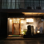102233147 - お店は新宿駅西口から歩いて6、7分。