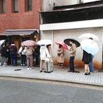 神戸牛丼 広重 - この感じだと、最後尾の人は確実に1時間以上待つ事になるかと・・・。