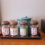 京のカレーうどん味味香 - 卓上の七味と山椒
