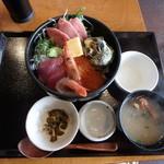 三崎「魚市場食堂」 - 海鮮丼¥1,800