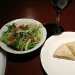 伊食工房 JYONNOBI - ランチのサラダとフォカッチャです