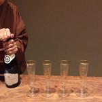米増 - シャンパンで乾杯、チラリ女将の素敵な着物❣️