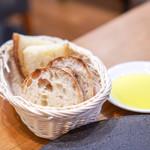 ヴィチーノ - 自家製パン  オリーブオイル