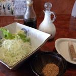 和心とんかつ あんず - 定食のセットにあるサラダ。青じそのクリームドレッシング(白)が美味