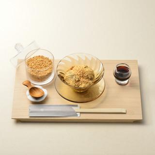 本わらび餅は、本わらび粉100%使用。しかもきな粉かけ放題!