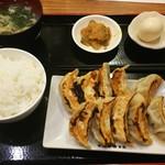 shanshannihombashiyakigyouza - 餃子定食 (10個)