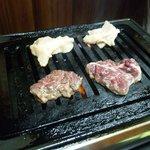 スタンド富久 - ハラミと上ミノ両方焼きます。