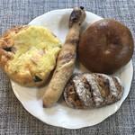 ブランジュリ P&B - 右上から、プレーンベーグル・マロングラッセと胡桃とはちみつ・ヘーゼルナッツとチョコのツイスト・ホウレン草とベーコンのフォカッチャ