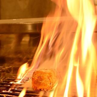 店内で豪快な火柱を上げる。『鰹の藁焼き』に舌鼓。