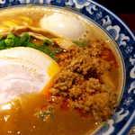 麺匠 佐蔵 - ラー油で和えた挽肉が、味わいのポイント。辛みというより、香ばしさを補強する印象