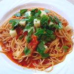 コアンドルー - モツァレラチーズとバジルのトマト風味スパゲティー
