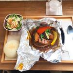 あおくまカフェ - 彩り野菜のカレー包みハンバーグ