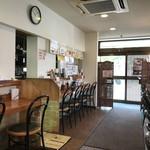 まんぷく処 どんぶり勘定 - テーブル席は無く、左右に分かれたカウンター席のみのお店です(2019.2.21)