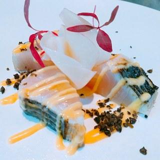 新鮮な魚介類でつくられる小皿料理と極上の炭火焼き