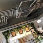 エアーサイド レストラン アンド ディパートメント - お洒落な店内