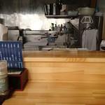 Temomichuukasobatakahashi - カウンター席から厨房を見る01
