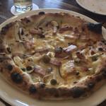 カフェ フクバコ - キノコとベーコンのピザ