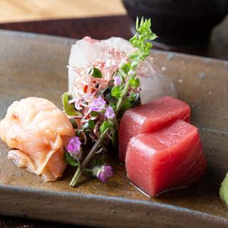旬の鮮魚を味わえる「刺身三種盛り」など多彩なメニューをご用意