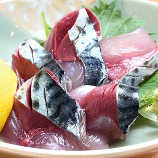 季節によって変わる地酒を味わう。純米吟醸はお鮨との相性抜群。