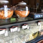 菊見せんべい総本店 - ガラスのショーケースの上には、あられの入ったガラス瓶がありました
