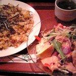 電気食堂 - 納豆チャーハン&ローストビーフサラダ ガーリックプラス 大盛り 850円+30円+100円