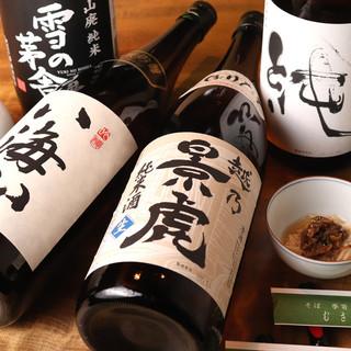 """お酒も充実。""""蕎麦前""""と一緒に楽しむ日本酒、焼酎とワイン。"""