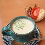 津々井 - セットのスープとサラダ