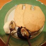 ディー・カッツェ - ネコーン 生クリームとブルーベリージャムが添えられてたミャ