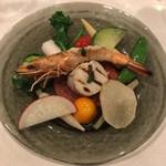 Kasaemu - 前菜:北海道産ホタテ貝柱と天使の海老の炭火炙り 旬野菜のサラダ仕立て