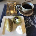 カフェ ゴア - 料理写真:ブレンドコーヒーはチャージ料(500円)の支払いで何杯でもお代わり可能。和スイーツとのセットで800円