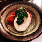 トラットリア ヴィヴァーチェ - イタリア産水牛モッツァレラの真髄カプレーゼ