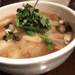 西安刀削麺酒楼 - 手前が什錦刀削麺、奥が麻辣刀削麺