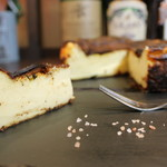 バスクバル・チャコリ - デザートのチーズケーキは岩塩をつまみながらワインと一緒に。
