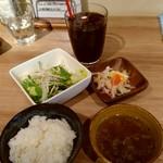 102485391 - ご飯、サラダ、スープ、小鉢つき。+100円でアイスコーヒーをつけました。