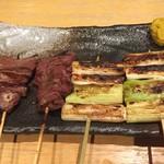 もつ焼き 百蔵 - 豚ハツ(左)、牛ハツ