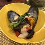 102492292 - ムール貝と菜の花などの炒め物