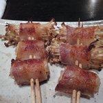 博多一番どり 居食家あらい - えのき豚バラ巻き ¥396