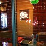地場飯&地酒 満天 - ビルの1階にあるガラス張りのお店です。地下に降りて、カウンター席です。