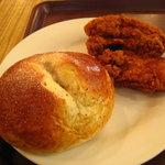 クーズコンセルボ - りんごと紅茶のパンとフライドチキン