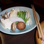 しゃぶ禅 -  しゃぶしゃぶの野菜盛り合わせです。茸は椎茸、舞茸、えのき茸とバラエティー豊かでした。