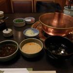 しゃぶ禅 -  しゃぶしゃぶのタレの数々としゃぶしゃぶ用の鍋です。