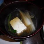 しゃぶ禅 - 豆腐や野菜などを、そばつゆに浸けた様子です。