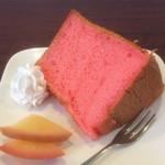 いちごや - 料理写真:鮮やかなラズベリーのシフォンケーキ。手前は蜜煮のリンゴ。