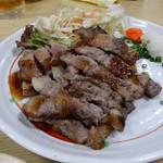 福岡鷹勝 - 牛バラステーキ。お店オリジナルソースでいただきます