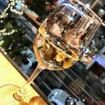 エイジング・ビーフ ワテラス - 白ワイングラスで